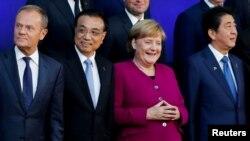 从左至右:欧洲理事会主席图斯克,中国总理李克强,德国总理默克尔,日本首相安倍晋三在布鲁塞尔出席欧亚经济论坛期间合影。(2018年10月19日)