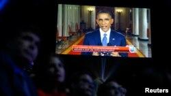 پخش زنده سخنان اوباما در کاخ سفید بر اکران بزرگ پیش از شروع اعلام جوایز گرمی لاتین. لاس وگاس، نوادا. ۲۰ نوامبر ۲۰۱۴