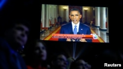 Una pantalla muestra al presidente Obama habalando antes de los premios Latin Grammy en Las Vegas.