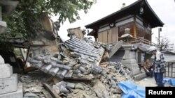 Un templo Myotoku-ji fue dañado por el terremoto en Ibaraki, Oasaka, en el oeste de Japón, el lunes, 18 de junio de 2018.