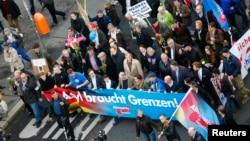 2015年11月7日德国选项党的支持者游行示威,反对德国政府的移民新政策