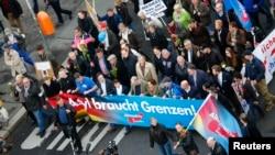 طرفداران حزب بدیل برای آلمان بر ضد سیاست های مهاجرپذیری دولت آن کشور مظاهره کردند.