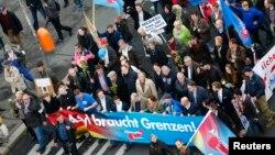 Para pendukung partai sayap kanan Jerman Alternative for Germany (AfD) berdemonstrasi di Berlin melawan kebijakan baru pemerintah mengenai migran, November 2015. (Reuters/Hannibal Hanschke)