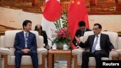 중국을 방문한 아베 신조 일본 총리와 리커창 중국 총리가 25일 베이징 인민대회당에서 회담하고 있다.