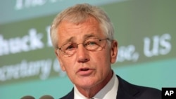 """12月7日﹐美國國防部長哈格爾在""""麥納麥對話""""的論壇上發表講話。"""