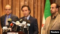 نصر الحریری سرپرست هیئت مذاکره کننده گروه های مخالف دولت سوریه (راست) در کنار خالد خواجه رئیس ائتلاف ملی سوریه - آرشیو