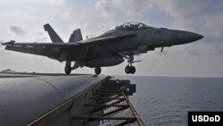 Chiến đấu cơ Super Hornet AF / A-18F của Mỹ chuẩn bị cất cánh từ boong tàu sân bay USS George Washington trong cuộc diễn tập hải quân thường niên trong khu vực châu Á-Thái Bình Dương.