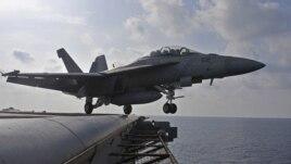 Phi cơ tiêm kích F/A-18F Super Hornet cất cánh từ Hàng không Mẫu ham USS George Washington