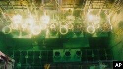 북한 영변 핵 시설 냉각수조에 폐연료봉이 들어있다. 지난 1996년 촬영된 사진이다. (자료사진)