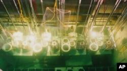 Des barres de combustible nucléaire usé de la Corée du Nord, sont conservées dans un bassin de refroidissement à Yongbyon, décembre1996.