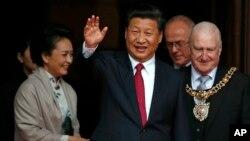 Chủ tịch Trung Quốc Tập Cận Bình (giữa) trong chuyến thăm Anh ngày 23/10/2015.