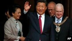中国国家主席习近平(中)和英国首相卡梅伦2015年10月23日在曼彻斯特市政厅共进午餐后离开大楼。
