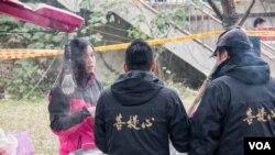 台湾餐车业主到基隆河边为搜救人员提供免费食物和饮料。(美国之音记者方正拍摄)