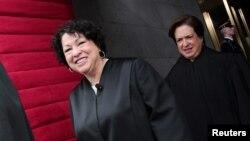 En 2009, el presidente Barack Obama nominó a Sonia Sotomayor a la Corte Suprema de EE.UU. convirtiéndose, después de una votación, en la primer juez hispana y tercer mujer en la Corte Suprema del país.