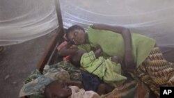Une femme et ses enfants atteints de paludisme à l'hôpital de Walikale (Archives)