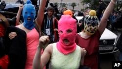 18일 러시아 경찰에 체포됐다가 풀려난 반 푸틴 여성 록그룹 '푸시라이엇' 멤버들이 손을 들어 보이고 있다.