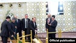 Perdana Menteri Muhammad Nawaz Sharif saat upacara peletakan batu pertama proyek pembangunan jalur pipa gas alam Turkmenistan-Afghanistan-Pakistan-India (TAPI) di Turkmenistan pada 13 Desember 2015.