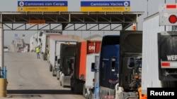 지난 2월 멕시코 티후아나 출입국관리소에서 미국행 세관검사를 기다리고 있는 트럭들.