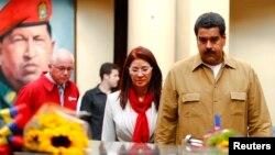 Tổng thống Venezuela Nicolas Maduro và phu nhân Cilia Flores viếng mộ của cố Tổng thống Hugo Chavez, 5/8/2013