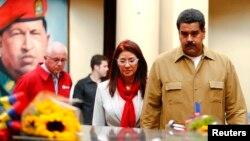 委內瑞拉總統馬杜羅及夫人8月5日於前總統查韋斯去世5個月後探訪查韋斯遺體停放的紀念堂。