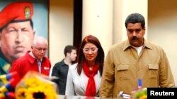 Presiden Venezuela Nicolas Maduro (kanan) dan istrinya Cilia Flores mengunjungi makam mendiang presiden Hugo Chavez dalam upacara mengenang lima bulan mangkatnya presiden tersebut di pemakaman militer 4F, Caracas (5/8).