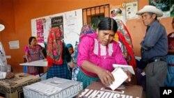 멕시코 폴링 역에 마련된 투표소를 찾은 유권자들