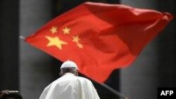 Seorang umat mengibarkan bendera China saat Paus Fransiskus berjalan usai audiensi pada 12 Juni 2019 di Lapangan Santo Petrus, di Vatikan. (Foto: AFP)