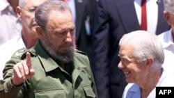 Cựu Tổng thống Mỹ Jimmy Carter, phải, và Chủ tịch Cuba Fidel Castro nói chuyện tại sân bay quốc tế Jose Marti ở Havana, 17/5/2002