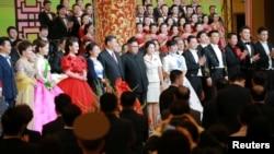 2018年6月19日,中國國家主席習近平和夫人,北韓領導人金正恩和夫人參加歡迎宴會,觀賞文藝演出,和演員們合影資料照。