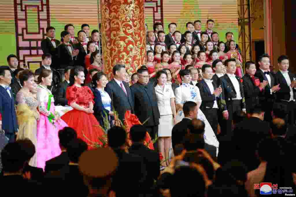 2018年6月19日,中国国家主席习近平和夫人,朝鲜领导人金正恩和夫人参加欢迎宴会,观赏文艺演出后和歌唱家殷秀梅等演员们合影。6月20日,金正恩访华两天后返回平壤。中国是贫困的朝鲜的主要经济和外交盟友。