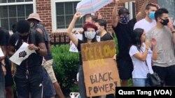 Một người Mỹ gốc Á tham gia biểu tình Black Lives Matter đòi bình đẳng cho người Mỹ da đen ở Washington DC. Có một sự tranh luận về chủng tộc trong cộng đồng gốc Á sau cái chết của George Floyd đó có sự liên quan của một cảnh sát gốc Hmong.
