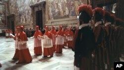 Para kardinal berpartisipasi dalam upacara dalam konklaf di Kapel Sistine, Vatikan, untuk memilih Paus Yohannes Paulus pada 1978. (Foto: Dok)