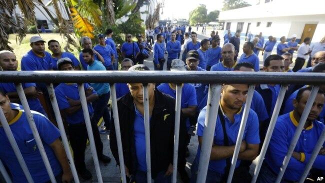 Los trabajadores de Goodyear llegan para descubrir que su planta ya no está en funcionamiento.