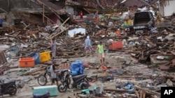 Sobrevivientes del tsunami que azotó Indonesia buscan entre los escombros de una devastada aldea en Sumur, el martes 25 de diciembre de 2018.