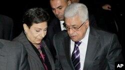 Pejabat senior Palestina Hanan Ashrawi (kiri) bersama Presiden Palestina Mahmoud Abbas (foto: dok).