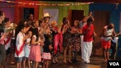 Artistas peruanos en un solo escenario llevan cultura y tradición en EE.UU. [Foto: Mitzi Macias, VOA].