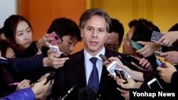 지난 2월 한국을 방문한 토니 블링큰 미국 국무부 부장관이 외교부 청사에서 조태용 한국 외교부 1차관을 면담한 뒤 기자들의 질문에 답하고 있다. (자료사진)
