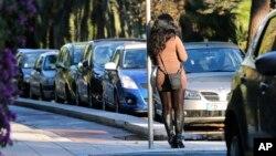 Une prostituée attend au coin d'une rue à Nice, France, 21 novembre 2013.