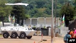 Un véhicule blindé de la Mission des Nations Unies est stationné devant le palais présidentiel à Bangui, la capitale de la République centrafricaine, le 8 octobre 2014.