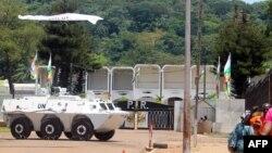 Un véhicule blindé de la Mission des Nations Unies stationné devant le palais présidentiel à Bangui, Centrafrique, le 8 octobre 2014.