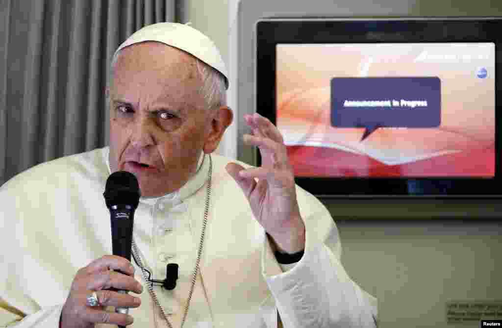 Roma Papası Şri-Lankadan Filippinə gedən zaman jurnalistlərin suallarını cavablandırır - 15 yanvar, 2015