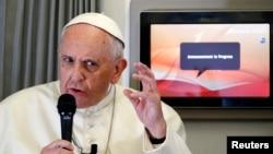 El papa Francisco responde preguntas de los periodistas en su vuelo a Filipinas.