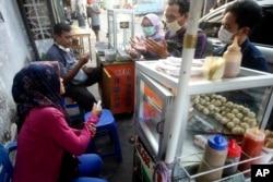 Pekerja di sektor informal merupakan yang paling terdampak oleh upaya PSBB. (Foto: AP)