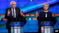 美国民主党总统参选人希拉里·克林顿和联邦参议员桑德斯在星期二的辩论会上。