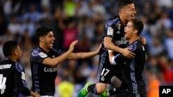Cristiano Ronaldo fête sa victoire avec ses coéquipiers après le match contre la Malaga, en Espagne, le 21 mai 2017.