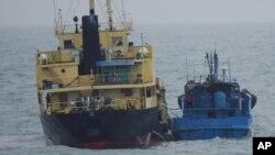 Một tàu mang cờ Triều Tiên cặp mạn một tàu khác ngoài khơi Đông Hải hồi tháng 2/2018