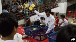 شمارش آرا در پی پایان رای گیری در میانمار