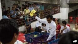 សន្លឹកឆ្នោតត្រូវបានរាប់ឡើងនៅក្នុងអគារមិនទាន់សាងសង់រួចរាល់ ដែលត្រូវបានប្រើជាមណ្ឌលបោះឆ្នោតនៅក្រុង Yangon ប្រទេសមីយ៉ាន់ម៉ា នាថ្ងៃទី០៨ ខែវិច្ឆិកា ឆ្នាំ២០១៥។