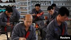지난 2012년 중국 랴오닝성 단둥의 한 마을에서 북한 노동자들이 신발을 만들고 있다. (자료사진)