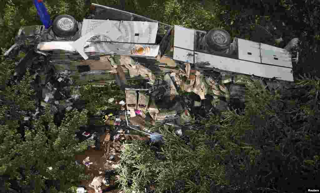 Un autobús se desbarrancó cerca de Avelino, en el sur de Italia dejando 36 personas muertas el domingo 28 de julio de 2013.